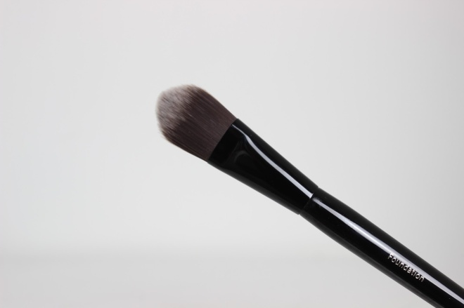 Bobbi-Brown-Old-Hollywood-Brush-Collection-Foundation